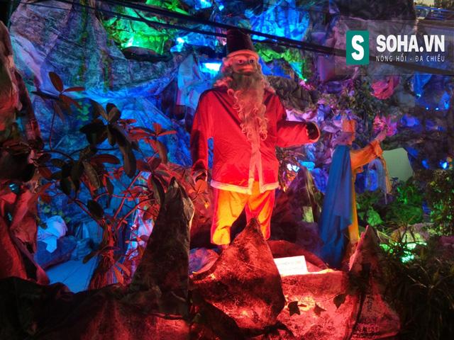 Ông già Noel cũng có mặt trong khuôn viên hang đá.