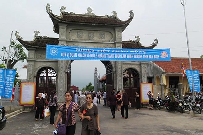 Từ sớm đã có nhiều tăng ni phật tử đến tham dự lễ khánh thành Đại tượng Phật và Đại hùng Bảo điện Trúc Lâm Thiên Trường.