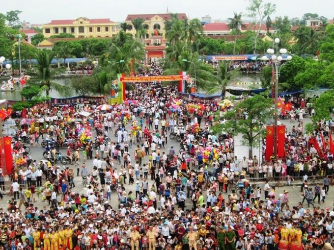 Ngay từ sớm, hàng nghìn người dân và du khách đã đổ về khu vực Nhà Văn hóa huyện Hải Hậu để tham dự ngày hội.