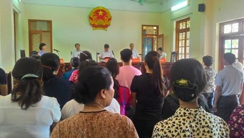 Hàng nghìn người dân vùng biển Giao Thủy, Nam Định có mặt trong phiên tòa sơ thẩm hôm 13/03/2015 để theo dõi vụ đòi nợ 1000 chỉ vàng 999.