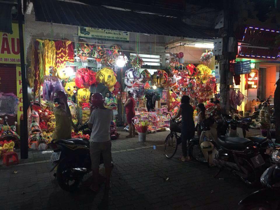 Những cửa hàng bán đồ chơi trung thu tại đường Trần Hưng Đạo đã bắt đầu nhộn nhịp - Ảnh tintucnamdinh.vn