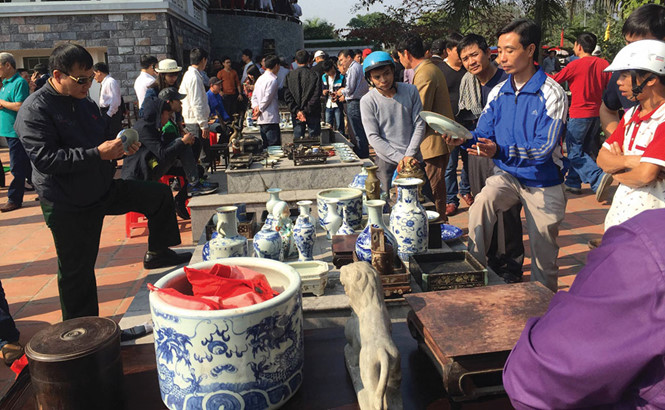 Một phiên chợ cổ vật được tổ chức trong khuôn viên Bảo tàng tỉnh Nam Định.