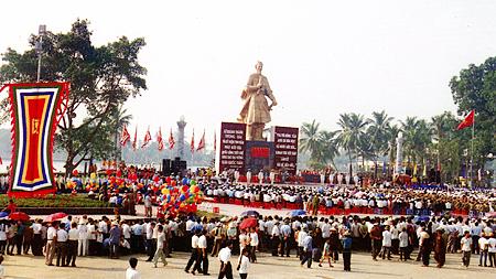 Lễ khánh thành Tượng đài Trần Hưng Đạo, tại Quảng trường 3-2 Thành phố Nam Định (ngày 17-9-2000)