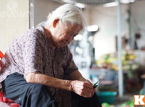 Các cụ già trong làng cũng tham gia vào quá trình sản xuất.