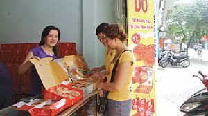Một cửa hàng bán bánh trung thu trên phố Lê Hồng Phong (TP Nam Định)