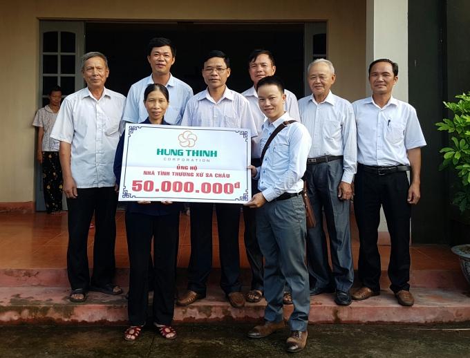 Đại diện Phapluatplus.vn trao quà của của Hưng Thịnh Land cho nhà tình thương.