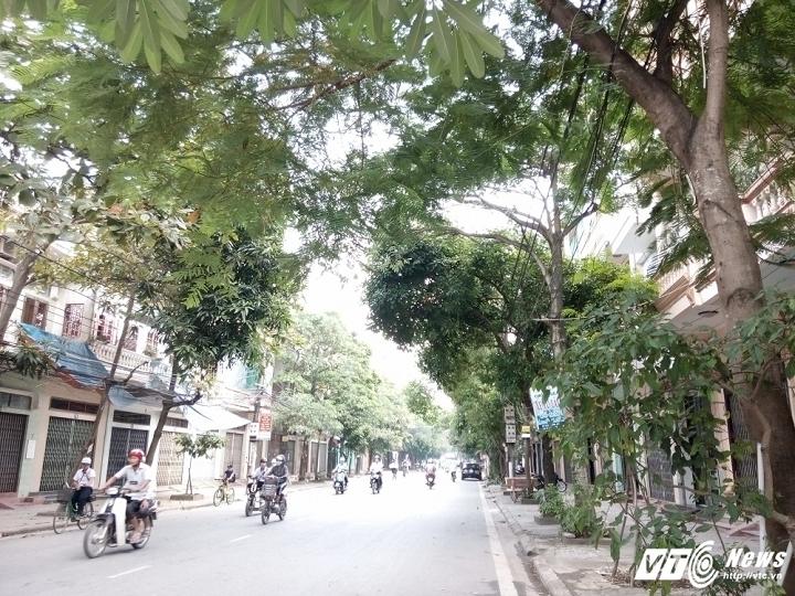 """Người dân sống trên đường Nguyễn Đức Thuận xôn xao vụ việc nữ trưởng phòng """"bỏ trốn"""" trong đêm."""