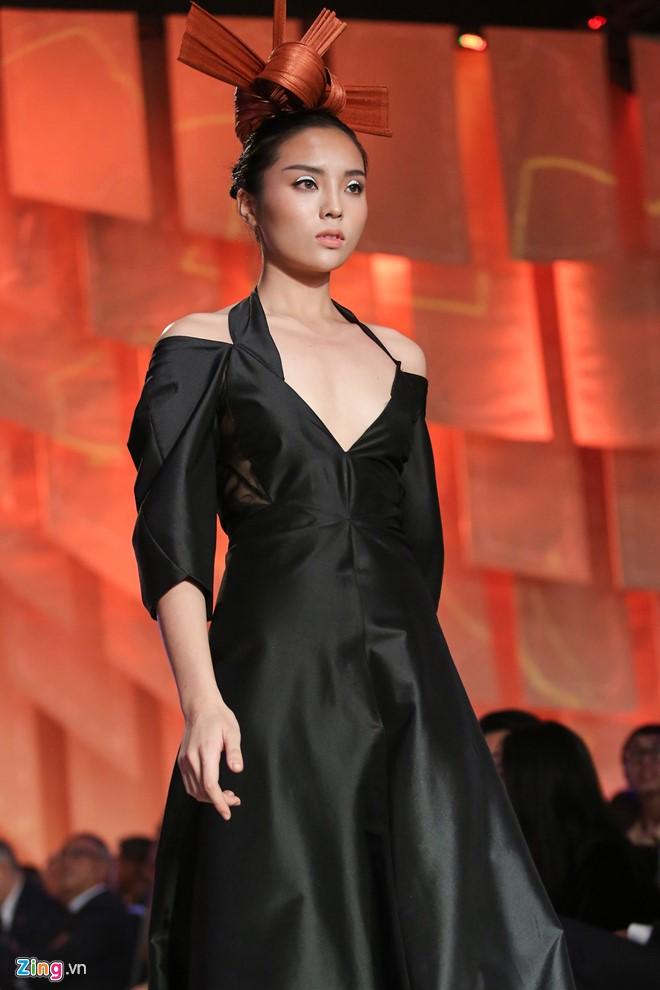 Elle Fashion Journey 2016 đêm thứ 2 diễn ra tại TP.HCM, ngày 1/10. Hoa hậu Kỳ Duyên góp mặt trên sàn diễn với vai trò vedette bộ sưu tập của nhà thiết kế Nhật Bản - Nuchsuda.