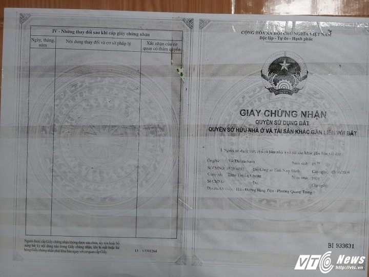 Ông Vũ Thành Nam phải dán giấy chứng nhận quyền sử dụng đất trước cửa nhà.