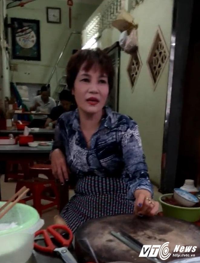 """Bà chủ quán """"phở chửi"""" nổi tiếng trên phố Hàng Tiện (TP Nam Định). Ảnh cắt ra từ clip"""