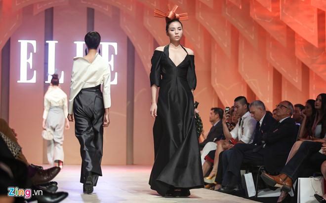 Sau những ồn ào thời gian qua, đây là lần hiếm hoi Hoa hậu Việt Nam 2014 xuất hiện với vai trò người mẫu. Trên đường băng, cô diện thiết kế đinh của bộ sưu tập, tự tin sải bước.