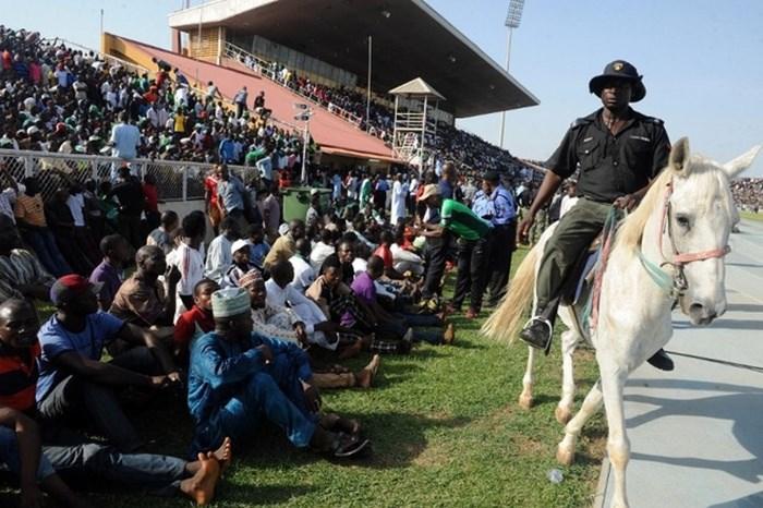 Bên ngoài đường pitse, khán giả cũng tràn xuống cả thảm cỏ, thậm chí ngồi sát với khu vực thi đấu.