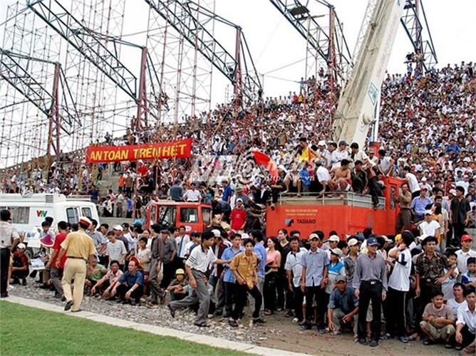 Đó là ngày 22/6/2003 sân Thiên Trường bị vỡ khi HAGL tới đây đá trận cuối cùng của mùa giải với đội chủ nhà Nam Định.