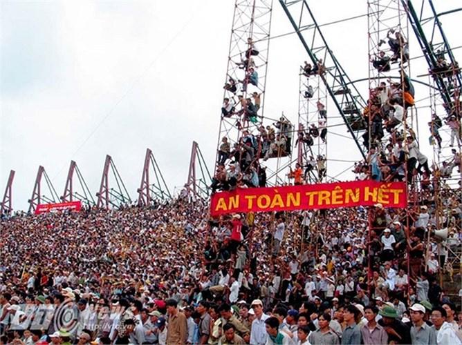 Khi đó Thiên Trường đang trong quá trình xây dựng chuẩn bị cho SEA Games 22. Do kiểm soát không tốt, khán giả đã tràn vào sân và tạo nên một cảnh tượng xem bóng đá rùng mình.