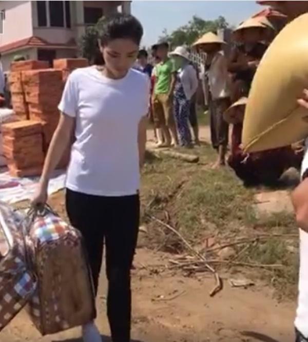 Hoa hậu Kỳ Duyên đến Quảng Bình làm từ thiện
