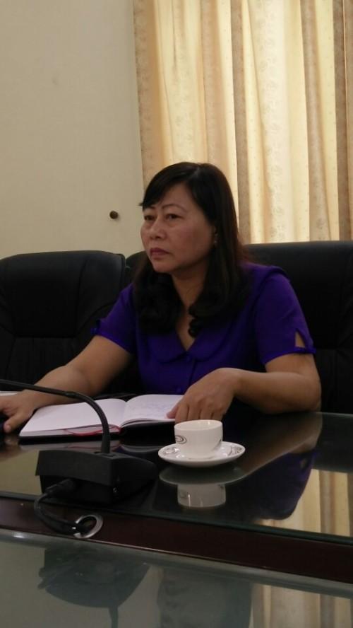 Bà Nguyễn Thị Kim Dung - Chánh thanh tra Sở y tế Nam Định trao đổi với phóng viên