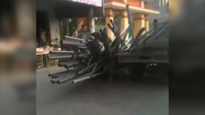 Những thanh sắt trên xe ba bánh đổ tràn xuống đường ở Nam Định