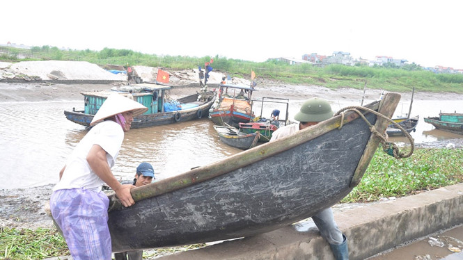 Ngư dân Nam Định đưa tàu thuyền vào bờ để tránh bão
