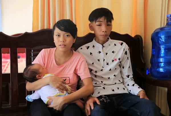 Vợ chồng Nam bên cậu con trai Lê Chu Bảo Toàn hiện nay (Ảnh chụp 7-10).