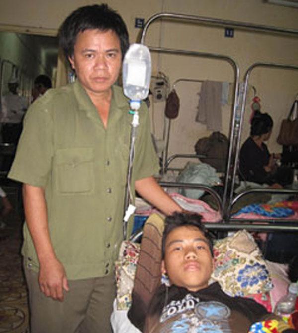 Bố con anh Lực, cháu Nam ngày ở Bệnh viện K (Ảnh chụp tháng 11-2011).