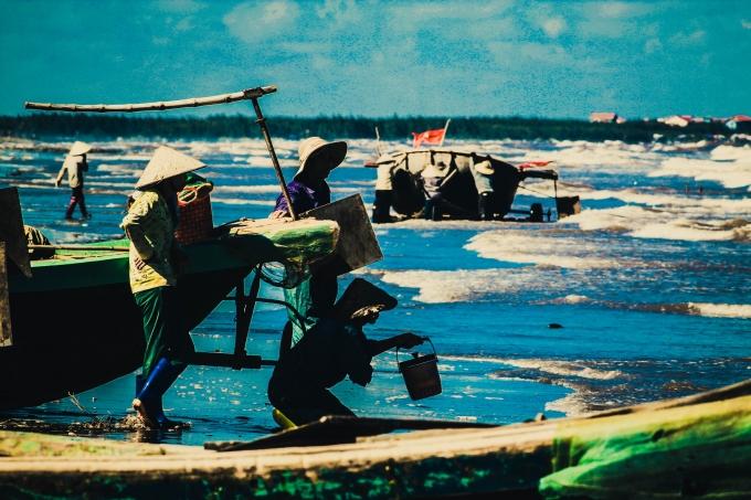 """Ở một góc nhỏ cuộc sống ở nơi """"nổi tiếng"""" thánh địa của """"thiên đường sung sướng"""" Quất Lâm (huyện Giao Thủy, Nam Định) lại là nơi định cư, kiếm sống của nhiều gia đình làm nghề chài lưới."""