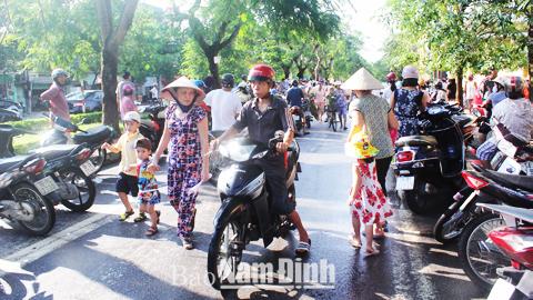 Cổng Trường Tiểu học Nguyễn Viết Xuân, đường Phù Nghĩa, phường Hạ Long (TP Nam Định) luôn đông cứng người và phương tiện vào giờ tan học gây tình trạng lộn xộn, mất ATGT.