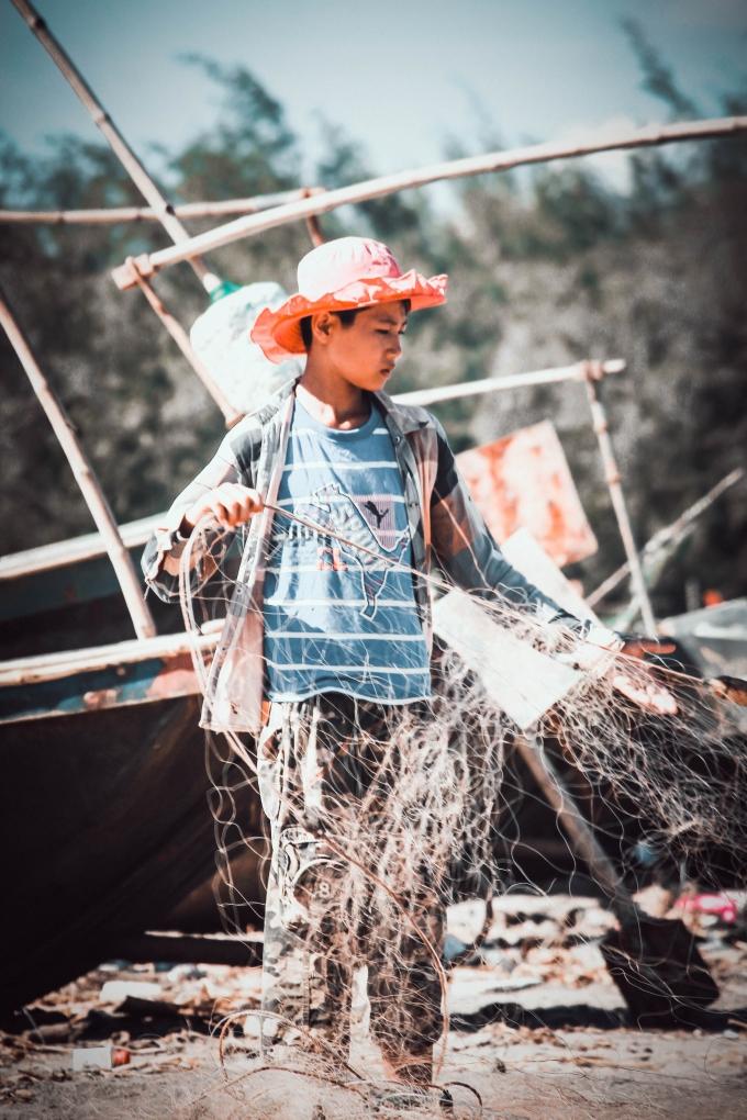 Trẻ em cũng tham gia phụ giúp cha me trong việc đánh bắt hải sản.