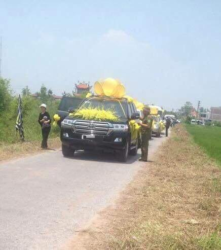 Đoàn xe rước lễ tang của cụ X. thực hiện theo nghi lễ rước tượng Phật và đài sen.