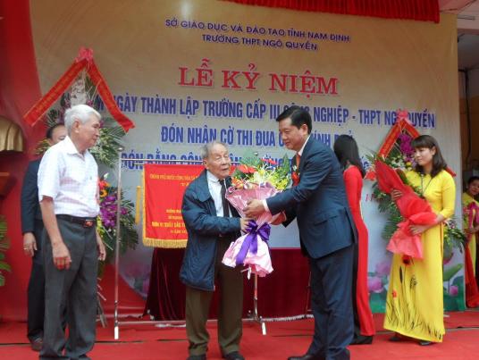 Ông Đinh La Thăng thay mặt các cựu học sinh tiêu biểu của nhà trường tặng hoa, tri ân các thầy giáo cũ.