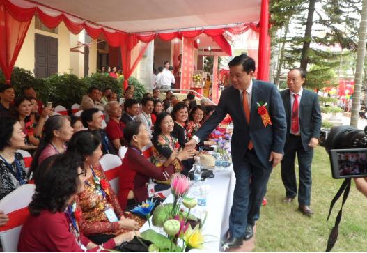 Ông Đinh La Thăng thăm hỏi, chúc mừng các cựu giáo viên của trường.