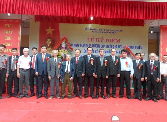 Ông Đinh La Thăng, Bí thư Thành ủy thành phố Hồ Chí Minh cùng ông Đinh Quốc Thái, Chủ tịch UBND tỉnh Đồng Nai giao lưu với cán bộ, giáo viên, học sinh Trường THPT Ngô Quyền.