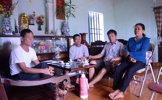 Các cán bộ thôn Trung Thái trong buổi làm việc với PV.
