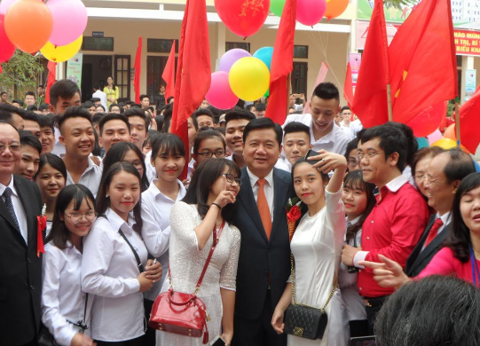 Ông Đinh La Thăng giao lưu với học sinh nhà trường.