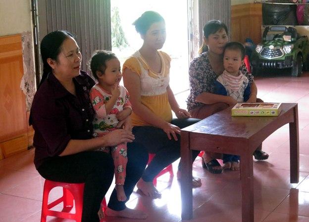 Bà Đoàn Thị Nho (ngoài cùng, bên trái) thăm các cháu ở lớp trông giữ trẻ.