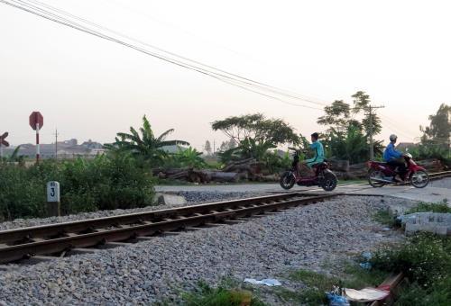 Đường sắt đoạn qua ngã 3 thôn Đặc Trương, xã Yên Tiến có đường ngang dân sinh không có rào chắn an toàn. Ảnh: Nguyễn Lành - TTXVN