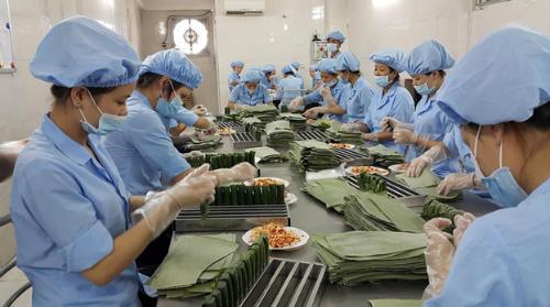 Các công nhân đang tập trung gói giò nóng 7 phút. Ảnh: Công ty Nam Phát.