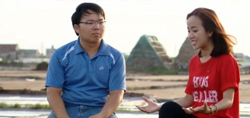 Anh Phạm Văn Cương áo màu xanh ngồi tại cánh đồng muối. Ảnh: VTV.