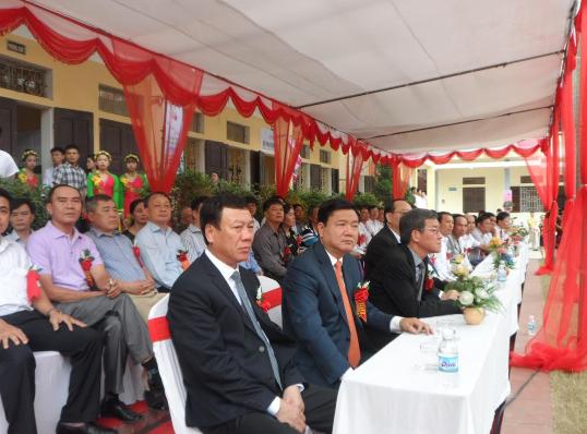 Bí thư Thành ủy thành phố Hồ Chí Minh Đinh La Thăng (ngồi thứ hai, bàn đầu) và Bí thư Tỉnh ủy Nam Định Đoàn Hồng Phong tại buổi lễ.