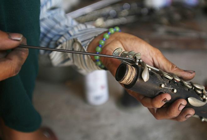 Ban đầu, những chiếc kèn đồng đều phải mua từ nước ngoài. Gắn bó với chiếc kèn đồng thời gian dài khiến người dân nơi đây tự mày mò học sửa kèn, rồi làm kèn đồng, dần dần, hình thành nghề làm kèn đồng ở làng Phạm Pháo.