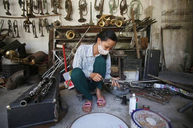 Trước kia đồng được lấy từ vỏ đạn, mầm đồng. Nhiều thợ thủ công trong làng dễ dàng làm các công việc như bảo dưỡng, chế tác bộ phận kèn.…Một năm sản xuất được 10-20 cái, ngày nay nguyên vật liệu làm kèn sẵn có nên không mất công và vất vả, ông Cường, người có hơn 50 năm kinh nghiệm làm kèn, cho biết.