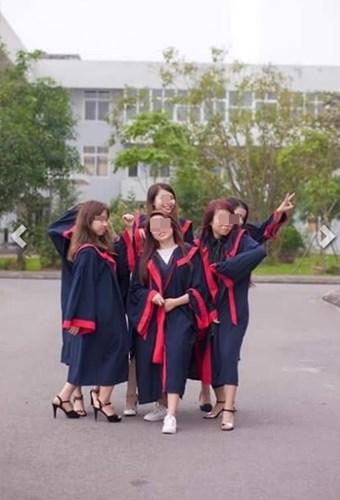 """Mùa chụp ảnh kỷ yếu của học sinh, sinh viên Việt Nam đã đi qua. Rất nhiều lớp học, nhóm bạn đã toại nguyện, phấn khích khi nhận được những tấm hình đẹp, nhiều ý nghĩa nhưng cũng có người lại không may mắn khi nhận được những bức ảnh kỷ yếu chưa như mong muốn, thậm chí còn bị cho là xấu xí, khó coi. Mới đây, một nhóm sinh viên trường Đại học Điều dưỡng Nam Định đã đăng đàn phản ánh về bộ ảnh kỷ yếu thảm họa của họ được chụp bởi một """"nhiếp ảnh gia tự phong"""" có chuyên môn, thái độ và cách làm việc đều dở tệ."""
