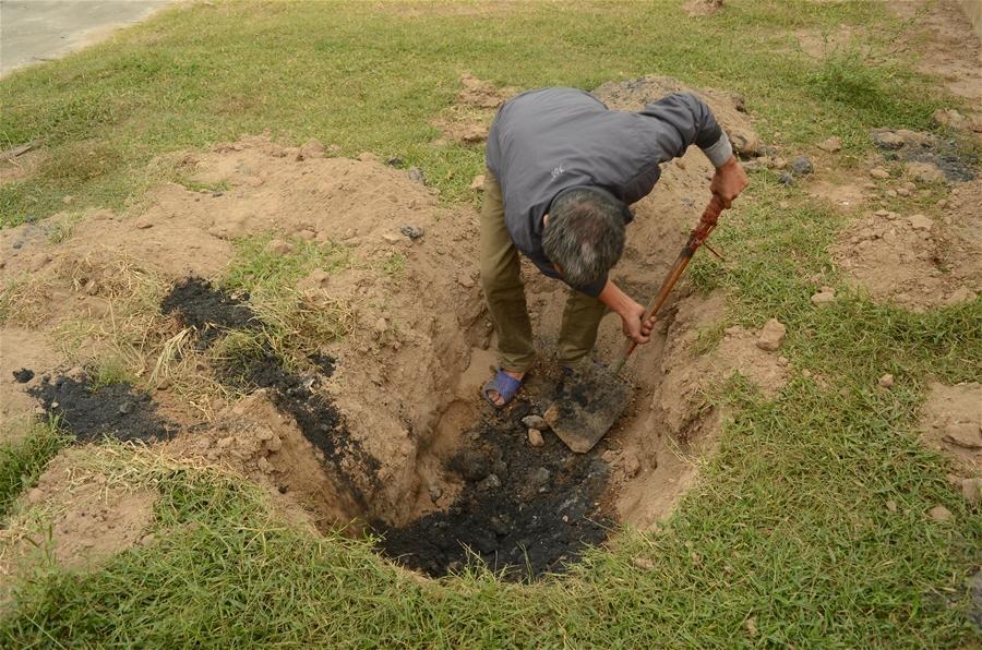 Đào 6 cái hố, người dân làng Bình Yên phát hiện hố nào cũng có chất thải nguy hại.