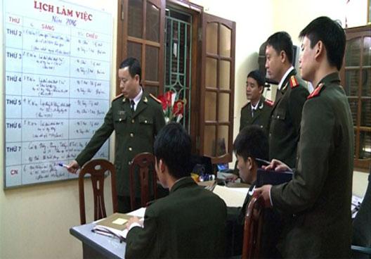 Cán bộ, chiến sỹ Phòng ANĐT đang họp án.