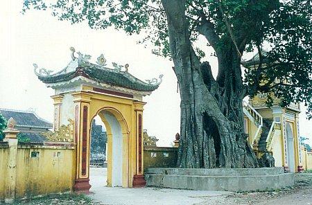 Cổng vào đền Hà Cát
