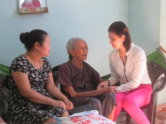 Chị Giang (áo trắng) cùng bạn bè đến trò chuyện, thăm hỏi sức khỏe cụ Sâm.