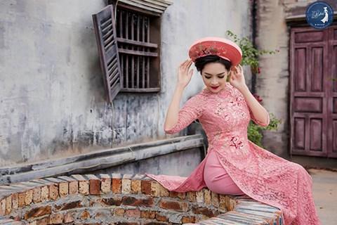 Với chất liệu ren sang trọng, quyến rũ và dịu dàng kết hợp cùng với họa tiết thêu tay, thêu trên ren tạo nên nét cổ điển mà lại tinh tế cho tà áo dài