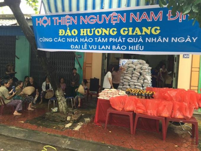 Chị Giang phát tâm nhân ngày lễ Vu Lan. Ảnh NVCC.