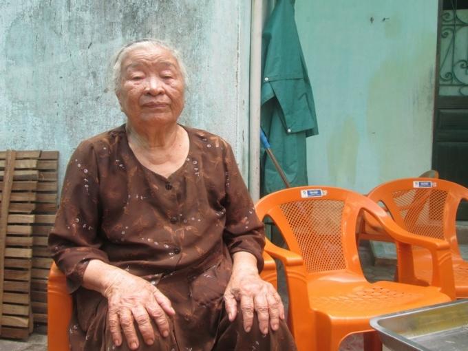 Cụ Nguyễn Thị Minh bày tỏ sự vui mừng khi được chị Giang giúp đỡ sửa chữa căn nhà bị tốc mái sau cơn bão số 1 vừa qua.