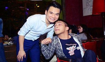 Nhạc sỹ Vũ Quốc Hùng chụp ảnh cùng ca sỹ Khắc Việt.