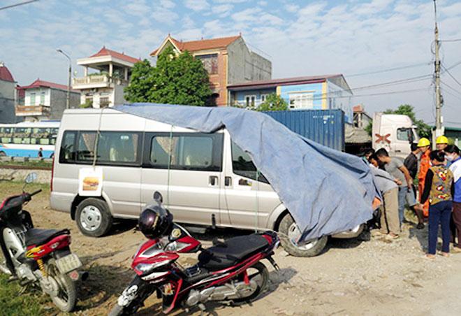 Chiếc xe ô tô 12 chỗ bị hư hỏng sau cú va chạm với tàu hỏa.